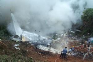"""Šių metų liepos 6 d. San Francisko oro uoste avariniu būdu nusileido bendrovės """"Asiana Airlines"""" laineris """"Boeing 777"""", kuriame buvo 307 žmonės. Lėktuvas užsidegė, nukentėjo 181 žmogus, trys žuvo. Kai į įvykio vietą atvyko gelbėtojai, prie lėktuvo buvo rasta dar gyva 16-metė kinė. Būtų galima sakyti, kad jai pasisekė, jeigu… jos nebūtų pervažiavusi ugniagesių mašina, kurioje nebuvo daviklio, fiksuojančio gulintį kūną. 27 iš 28 lėktuve buvusių žmonių žuvo. Išgyveno tik stiuardesė Vesna Vulovič. Vėliau ji buvo įrašyta į Gineso rekordų knygą kaip likusi gyva po kritimo be parašiuto iš didžiausio aukščio."""