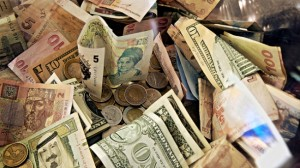 Šiuolaikiniai pinigai – tai neasmeninis skolos raštelio pakaitalas, kurį galima perduoti kitam žmogui ar juridiniam asmeniui mainais už paslaugą ar daiktą, t. y. skolos ženklas, kad kažkas yra prasiskolinęs bankui ir yra įsipareigojęs atidirbti tą visuotinai priimta vertę, kuri nurodyta pinigo kupiūroje. Visos kitos pinigu prasmės yra iliuzinės, t. y. pinigai tiesiogiai nebedengiami jokiomis materialinėmis vertybėmis. Bankų pagrindinė funkcija yra kontroliuoti, kad skolininkai savo įsipareigojimus uždirbti nustatytą vertę realiai vykdytų, nes tik tada pinigai, kaip vertės ekvivalentas, turi prasmę. Todėl bendrąja prasme nebesvarbu, kokį pavidalą priima pinigai (popieriniai, elektroniniai ir t. t.), o svarbu tik tai, kad jų vertę atitinkanti skola būtų reali, grąžintina ir jos apskaita griežtai kontroliuojama. Idealiu atveju, skolą gražinus bankui, atitinkama pinigų vertė kreditą išdavusio banko turi būti išimama iš apyvartos.