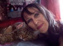 moteris-istekejo-uz-katinu