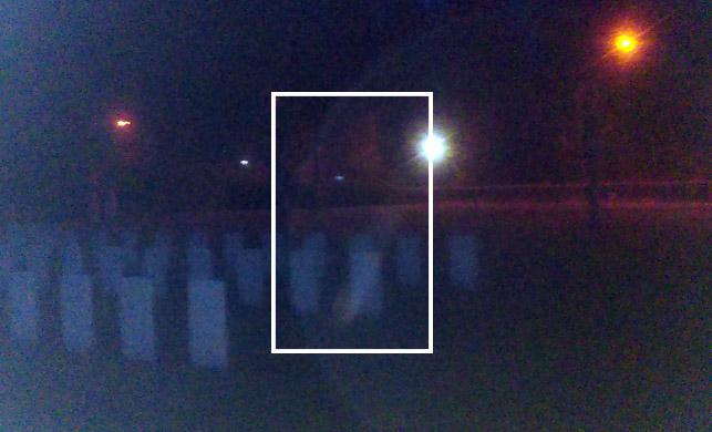 Nuotraukoje matomas žmogaus siluetas. Galva nukreipta į dešinę pusę, galima įžiūrėti šiek tiek rūbų fragmentų.