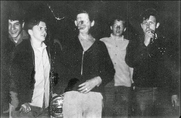 Raymondas nufotografuotas su kažkokiais paaugliais.