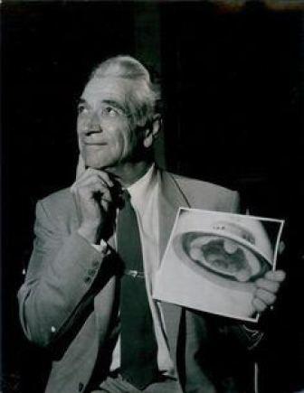 """Džordžas Adamskis buvo vienas pirmųjų NSO liudininkų, tvirtinęs, jog ne tik fotografuoja """"skraidančiąsias lėkštes"""", tačiau bendrauja su jų pilotais – atvykėliais iš Veneros. Šaltinis: Lietuvos etnokosmologijos muziejaus fotoarchyvas."""