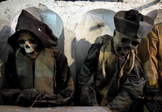 Sokushunbutsu ritualą vienuoliai pradėdavo atsisakydami viso maisto, išskyrus įvairius riešutus ir sėklas. Tačiau kai kurie šaltiniai teigia, jog būdavo galima valgyti ir vaisius bei uogas. Tuo pat metu save mumifikuoti nusprendę vienuoliai pradėdavo sunkių fizinių treniruočių programą. Visa tai sudarydavo pirmąjį etapą, kuris trukdavo 1000 dienų. Šio etapo pabaigoje karstas būdavo atveriamas ir pažvelgiama, ar vienuoliui pavyko save mumifikuoti. Jei kūnas pasirodydavo tinkamai išsilaikęs, jis būdavo perkeliamas į šventyklą visiems matyti. Pademonstravęs gebėjimą nugalėti savo kūniškumą, vienuolis būdavo paskelbiamas Buda.