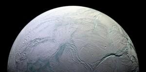 Palydovo skersmuo yra 500 km, orbitos spindulys - 238 020 km, orbitinis periodas – 1,37 paros. Palydovo ryškis opozicijoje yra 11,8. Geometrinis albedas arba atspindys sieka beveik 100 %. Encelado paviršių sudaro grynas ledas. Palydovo paviršiuje yra nedidelių smūginių kraterių, ilgų plyšių, kanjonų. Paprastai Encelado paviršiuje tvyro - 200 °C šaltis.