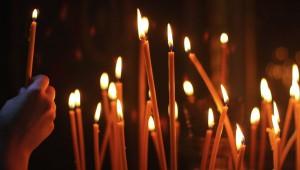 Žvakė–šviesosšaltinis, kurį dažniausiai sudaro per vidurį einantisdagtis, aplink kurį yra kietas, nuo karščio išsilydantiskuras, Kuras - dažniausiai –vaškasarbaparafinas(naftos perdirbimo šalutinis produktas). Gelio žvakės yra pagamintos iš mineralinės alyvos ir polimero mišinio.  Priešelektrosišradimą žvakės beižibalinės lemposbuvo dažniausiai naudojamosapšvietimui. Vietovėse, kur nėra elektros, jos naudojamos reguliariai. IkiXX amžiausžvakės buvo labiausiai paplitusiosŠiaurės Europoje.Pietų EuropojeirViduržemio jūrosregione buvo naudojamos žibalinės lempos.