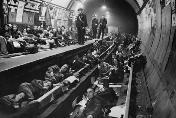 """jhmoncrieff.com / II Pasaulinio karo metais """"Bethnal Green"""" stotis buvo naudojama kaip slėptuvė nuo bombų"""