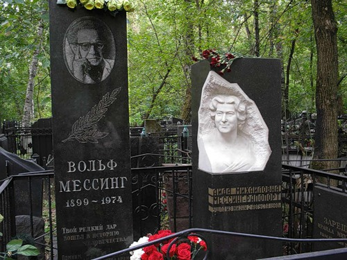 """Volfas Mesingas buvo palaidotas Rusijoje. Ant jo kapo užrašyta: """"Tavo reta dovana įėjo į žmonijos istoriją""""."""