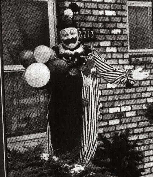"""John Wayne Gacy apsirengęs kaip """"Pogo the Clown""""  šalia savo namo Ilinojaus valstijoje, 1976m."""