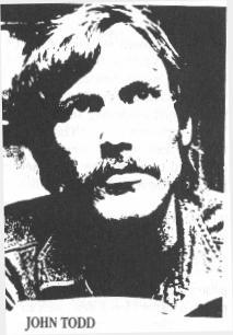 Johnas Toddas (1949 - 2007), buvęs Illulinati narys, kuris po to kai prabilo viešai, mirė neaiškiomis aplinkybėmis.