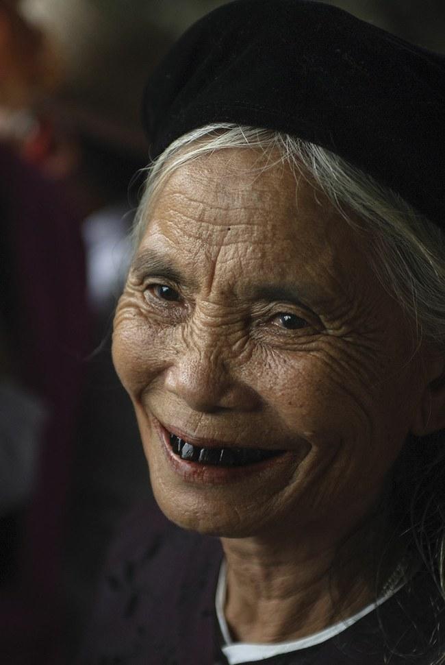 Moteris Vietname su juodintais dantimis - už Japonijos ribų ši tradicija vis dar gyva. ©Calvin Smith | commons.wikimedia.org