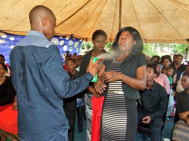 Pastorius didelėmis dozėmis žmonėms į veidus purškė insekticidus.  ©Aki Anastasiou | twitter.com