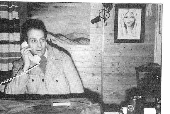 """Eduardas """"Bilas"""" Mejeris skelbė susitinkąs su atvykėliais iš Plejadų; nuotraukoje jam už nugaros matyti plejadiečių kapitonės Semdžeisės potretas. Šaltinis: Lietuvos etnokosmologijos muziejaus fotoarchyvas."""